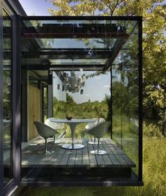MOFO1 A Modern Glass and Ancient Stone House in Poland en voladizo