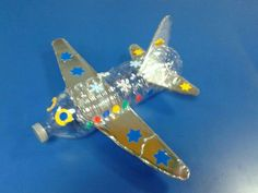 Avión reciclado Airplane Crafts, Boat Crafts, Diy And Crafts, Paper Crafts, Craft Projects For Kids, Diy For Kids, Activities For Kids, Water Bottle Crafts, Plastic Bottle Crafts