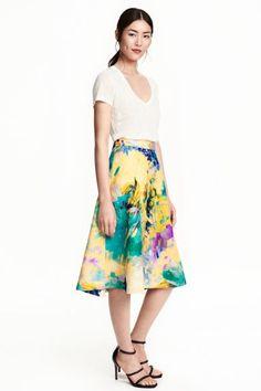Sukně se strukturovaným vzorem: Rozšiřující se sukně ze strukturované tkaniny v délce do půli lýtek. Má viditelný zadní zip. S podšívkou.