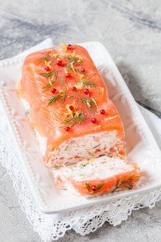 Terrine au saumon et crevettes Une belle entrée de fêtes http://www.cuisine-et-mets.com/entrees-froides-et-chaudes/terrines-aspics-et-mousses/terrine-saumon-crevettes.html