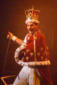 Queen Freddie Mercury, John Deacon, Heavy Metal, Freddie Mercuri, King Costume, King Outfit, King Of Queens, Roger Taylor, Queen Photos