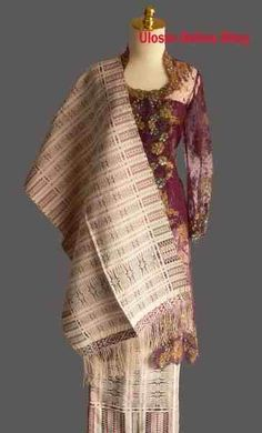 songket tarutung | songket pucca satu badan tanpa sambungan Ulos Batak, Minangkabau, Model Kebaya, Batik Dress, Wedding Story, Traditional Outfits, Ikat, Hand Weaving, Textiles