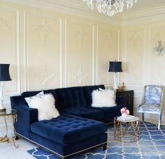 Salón.  Sofá de terciopelo azul