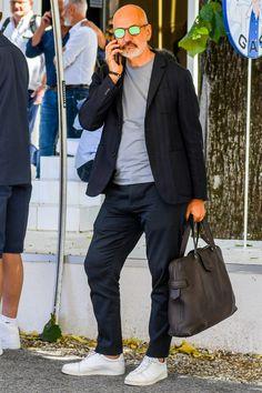 織り柄が入ったネイビージャケットでさりげないアクセントをきかせたトーンオントーンのネイビーパンツコーデ Italian Mens Fashion, Older Mens Fashion, Old Man Fashion, Stylish Men, Men Casual, Casual Styles, Middle Age Fashion, Minimal Fashion, Jacket Style