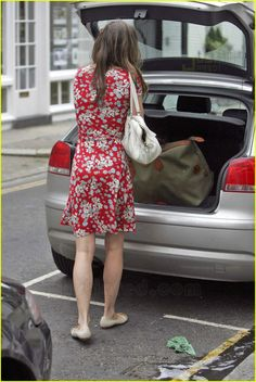 Prince William & Kate Middleton: It's Back On!: Photo Kate Middleton sports a pretty floral frock and carries a large bag on her way to work in London on Thursday. She and Prince William are officially back on, reports… Kate Middleton Outfits, Kate Middleton Stil, Middleton Family, Kate Und William, Prince William, Princesa Kate Middleton, Kate And Pippa, Royal Dresses, Prince And Princess