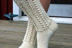Nämä sukat kudoin jo heinäkuussa Siitä lähtien on niiden pitsineuleen& Crochet Socks, Knitting Socks, Knit Crochet, Knit Socks, Knitting Videos, Knitting Projects, Knitting Patterns Free, Free Knitting, Cozy Socks
