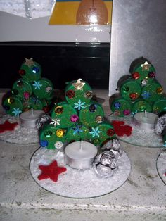glue painted bottle caps together add a tea light candle and CD base sprinkled with fake snow+cute xmas gift for parents Easy Christmas Crafts, Christmas Activities, Simple Christmas, Winter Christmas, Kids Christmas, Christmas Decorations, Christmas Gifts, Christmas Ornaments, Cd Crafts