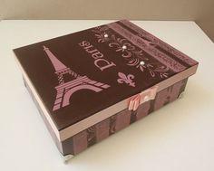 caixa toda trabalhada, e decorada tema :Paris marron, com rosa, e detalhe na tampa com fita rosa.