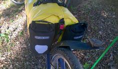 montaje de dos bolsas auxiliares Ortlieb en la parte trasera de una rack pack en el evo 1