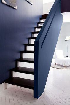 Un escalier graphique en gris (pour les contremarches) et bleu marine - Peinture : quel gris pour mes murs ? - CôtéMaison.fr
