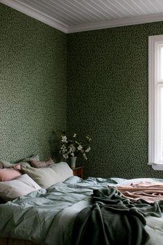 Bedroom Inspiration - Wallpaper Torama, Hazel Dark green wallpaper from Boråstapeter - Wallpaper torama. Dark Green Wallpaper, Classic Wallpaper, Home Interior, Interior Design, Bedroom Green, William Morris, Bedroom Inspo, Contemporary Interior, Pattern Wallpaper