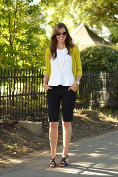 Simple outfit with a blazer and a chunky bangle. White tee and skinny, knee length bermuda shorts. It's not all short shorts, ladies. Bermuda Shorts Outfit, Summer Shorts Outfits, Short Outfits, Spring Outfits, Casual Outfits, Cute Outfits, Bermuda Shorts Women, Modest Shorts, Yellow Shorts
