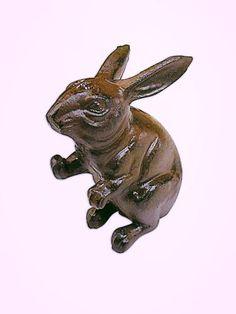 Tope de puertas de fundición con figura de conejo.    #Cajas #Decoracion #Deconline #Regalo