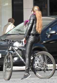Leather pants and jacket Biker Biker Chick Outfit, Tight Leather Pants, Leather Jeans, Leder Outfits, Fashion Tights, Metal Girl, Evening Outfits, Biker Girl, Cycling Outfit