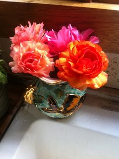 Tem coisa mais linda do que uma casa florida, cheia de cores e vida?! Acho difícil outra decoração que dê o mesmo efeito. Sei que manter arranjos naturais dentro de casa não é uma tarefa fácil, ainda porque eles murcham rapidinho e precisam ser renovadas com frequência. Mas levando em conta o período em que...