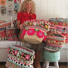 Not for furniture, for bags. I like black polka dot 🌺I like to surround myself with colors 🌺 💕💋Decorate a straw bag with crochet Round Straw Bag, Diy Purse, Purse Hanger, Embroidered Bag, Boho Bags, Basket Bag, Summer Bags, Summer Time, Crochet Purses