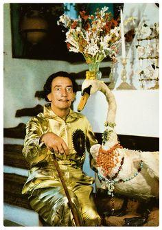 A Portlligat. Dalí al costat d'un cartell de la corrida d'homenatge del 1961 a Figueres; Dalí amb un cigne dissecat. I Dalí a l'exterior de Portlligat. Són tres de les postals d'una sèrie de dotze que va editar Quincoces. Les fotos són segurament de Jacques Léonard, que també fou col·laborador de La Vanguardia
