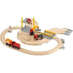 Brio Straßen und Schienen Kran Set 33208. Man kann sich darauf verlassen, dass der starke Kran seine Arbeit macht. Er entlädt die schweren Frachten, die der Zug bringt und lädt sie um auf den Laster.   http://www.briobahn.ch/brio-eisenbahn-straen-und-schienen-kran-set-33208.html