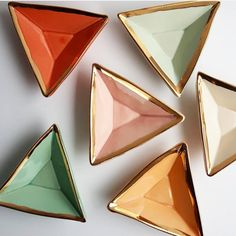 of is rocking our triangle forms, and keeping wintertime cheery with these lovely colors. Dis you know the… Slab Pottery, Pottery Bowls, Ceramic Pottery, Pottery Lessons, Pottery Classes, Pottery Videos, Pottery Handbuilding, Pottery Techniques, Ceramic Studio