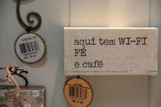 """""""Aqui tem wi-fi, fé e café"""". Que comecem os trabalhos. Da Les Maries."""
