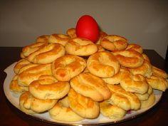 Αυτά τα κουλουράκια είναι τραγανά απέξω και αφράτα από μέσα. Τα πιο νόστιμα που έχω δοκιμάσει μέχρι στιγμής (συνταγή της γιαγιάς Στέλλας) Τι χρειαζόμαστε: 2 φλ. ζάχαρη 4 αβγά 250 γρ. βούτυρο ½ φλ. γάλα ½ φλ. Greek Sweets, Greek Desserts, Greek Recipes, Greek Cookies, Almond Cookies, Delicious Deserts, Yummy Food, Easter Recipes, Dessert Recipes