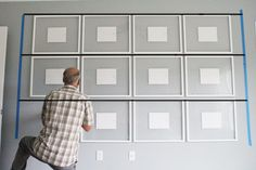 How To Hang a Perfectly Straight Gallery Wall These days folks are aiming for a more simplistic and clean look. Perfectly straight and symmetrical wall galleries can be found all over inspiration sites. Gallery Wall Layout, Gallery Wall Frames, Frames On Wall, Living Room Gallery Wall, Art Gallery, Gallary Wall, Flur Design, Wall Design, Entryway Stairs