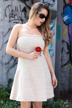 Un abito romantico, la luce tra i capelli e la fragilità di un fiore