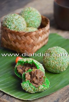 Diah Didi's Kitchen: Onde Onde Pandan Kumbu Kacang Tolo