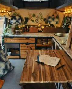 Foldaway table that extends onto the fixed bed of the camper van Tavolo a scomparsa che si estende sul letto fisso del furgone camperizzato - Creative Vans Bus Volkswagen, Volkswagen Bus Interior, Campervan Interior, Campervan Ideas, Campervan Bed, Motorhome Interior, Camper Life, Rv Campers, Camper Van