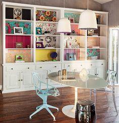 Sobraram retalhos de papel de parede? Eles também podem ser usados na decoração. A arquiteta Andrea Murao os colocou nos nichos da estante antiga, pintada de branco. Você também pode garimpar as sobras em lojas especializadas