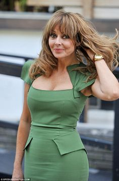 Carol Vorderman re-wears figure-hugging green Roland Mouret dress - Ageless: The fitted design of the pencil dress has proved as timeless as Carol… - Sexy Older Women, Classy Women, Old Women, Sexy Women, Beautiful Women Over 50, Beautiful Old Woman, Carol Vordeman, Carol Kirkwood, Girl With Curves