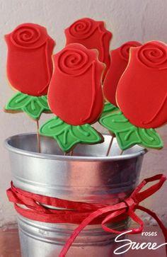 Rosas para Sant Jordi o cualquier otra ocasión especial! Cookie Bouquet, Flower Cookies, Cupcake Cookies, Cupcakes, Valentine Cake, Marshmallow Pops, Churros, Royal Icing, Cookie Bars
