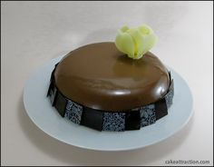 Una tarta espejo con mousse de chocolate, baño brillante de chocolate con leche y relleno de frutos rojos... Buenísimaaa!!