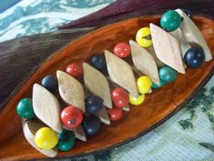 Pulseira em balões de madeira e sementes de açaí.
