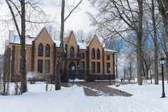 Зимняя фотография главного корпуса, построенного в нео-готическом стиле