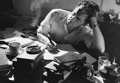 Non bisogna pensare che la narrazione termini con la scrittura o che il senso della scrittura si esaurisca tutto tra l'intenzione di chi narra e il desiderio di chi legge. La narrazione, in r…