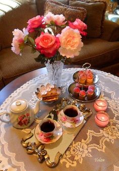 Let's have Tea! I would love to surprise my friends with an afternoon tea like this. Coffee Set, Coffee Cafe, English Afternoon Tea, Cafe Art, Coffee Photography, Turkish Coffee, Tea Service, High Tea, Chocolate