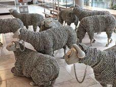 Jean Luc Cornec. El artista creó 32 ovejas reutilizando cables espiralados para los cuerpos lanudos, auriculares para las patas, y aparatos telefónicos para las cabezas. - Google Search Lamb, Twitter, Fun, Google, Gadgets, Artists, Headpieces, Baby Lamb, Funny