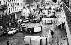 Au lendemain matin, les carcasses de voitures calcinées jonchent le sol du quartier latin, comme ici, rue Gay-Lussac.