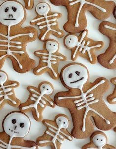 Gingerbread neednt be restricted to Christmas itll do just as well in Halloween! Total Bristol features these adorable little Gingerbread skeletons that look too good to eat! They also make great toppers for Halloween cupcakes. Halloween Desserts, Halloween Torte, Bolo Halloween, Postres Halloween, Theme Halloween, Hallowen Food, Halloween Goodies, Halloween Food For Party, Halloween Birthday