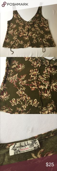 🤑SALE🤑Free People Army Green Floral Crop Top, M Darling Free People Army Green Floral Crop Top, M is in excellent condition, no defects and comes from a smoke/pet free home. Free People Tops Crop Tops