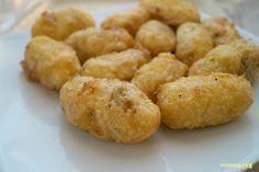 Patates köftesi tarifi sevgili Ayten ablama ait.Yapılışı oldukça kolay ve malzemeleri de basit bu patates köftesi tarifi çok da lezzetli..Dilerseniz kıymalı veya başka iç malzemelerle hazırlamanız da mümkün. Patates köftesi için gerekenler 6 adet orta boy patates 100 gr kaşar peyniri (bir küçük kase) 4 dal dereotu veya maydonoz 2 adet yumurta 3 yemek kaşığı …