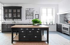 Wow...what a kitchen... love the island...Swedish country style and function... Galleri - Sköna hem - Sköna hems bildgallerier, flera tusentals inspirationsbilder