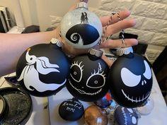 Halloween Christmas Tree, Halloween Ornaments, Diy Christmas Ornaments, Christmas Themes, Christmas Tree Decorations, Halloween Crafts, Halloween Decorations, Xmas, Nightmare Before Christmas Font