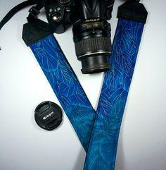 Tracolla per fotocamera SLR, DSLR, imbottita, in cotone gradient blu con piume dorate. Tracolla piume.