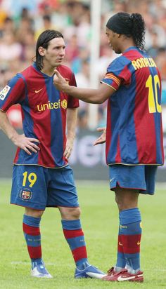 Lionel Messi and Ronaldinho FC Barcelona Brazil Football Team, Madrid Football, Football Icon, Best Football Players, Football Is Life, Chelsea Football, World Football, Sport Football, Soccer Players