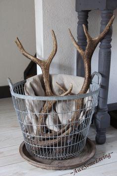 Ook helemaal mijn stijl! Soortgelijke mand bij leen bakker verkrijgbaar. Stoer met een hertengewei en een plaid.