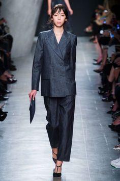 Il completo giacca e pantalone effetto denim di Bottega Veneta