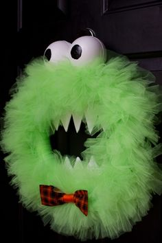 monster wreath--great for Halloween or in blue it could be a door decoration for a Cookie Monster party. Courge Halloween, Fröhliches Halloween, Adornos Halloween, Manualidades Halloween, Holidays Halloween, Halloween Wreaths, Zucca Halloween, Halloween Pallet, Halloween Clothes