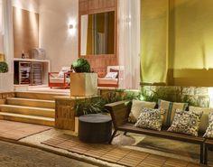 Casa Cor Campinas: Wine Lounge, de Edna Figueiredo e Samara Filigoi. A dupla investe no aconchego dos tecidos e da madeira, que surgem em móveis especiais para áreas externas, painéis e no piso.